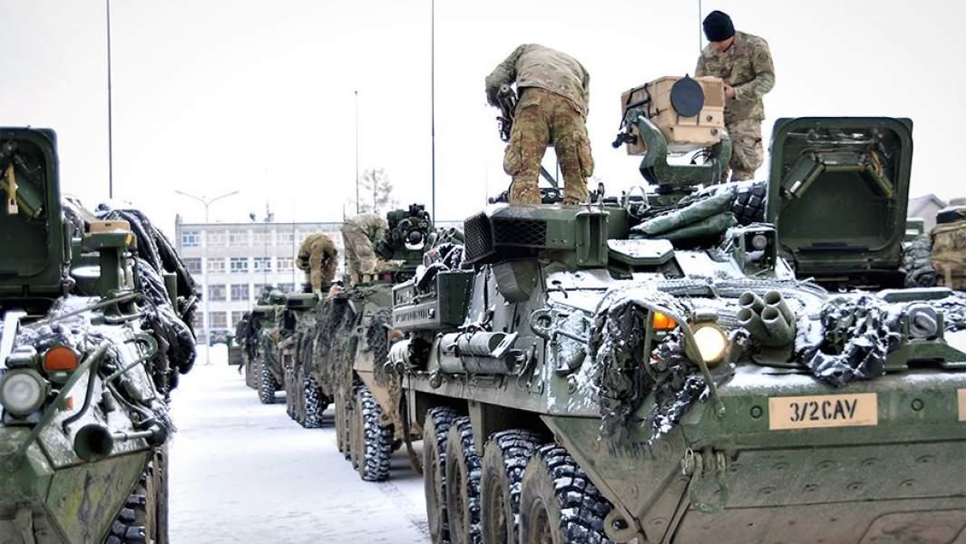 Американские солдаты готовят бронеавтомобили к учениям на территории Польши
