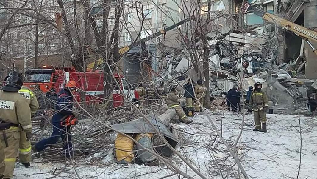 Сотрудники МЧС на месте обрушения одного из подъездов жилого дома на проспекте Карла Маркса в Магнитогорске, где произошел взрыв бытового газа