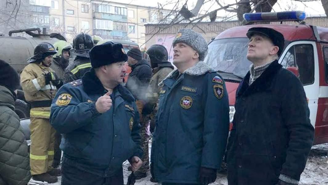 Губернатор Челябинской области Борис Дубровский (справа) на месте обрушения одного из подъездов жилого дома на проспекте Карла Маркса в Магнитогорске