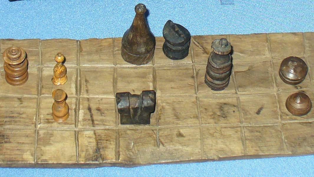 Фрагмент шахматной доски, шахматные фигуры и шашки, Россия (Мангазея), XVII век (1601-1672)