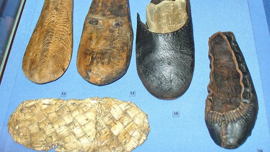 Обувь и инструменты сапожника из раскопок в Мангазее