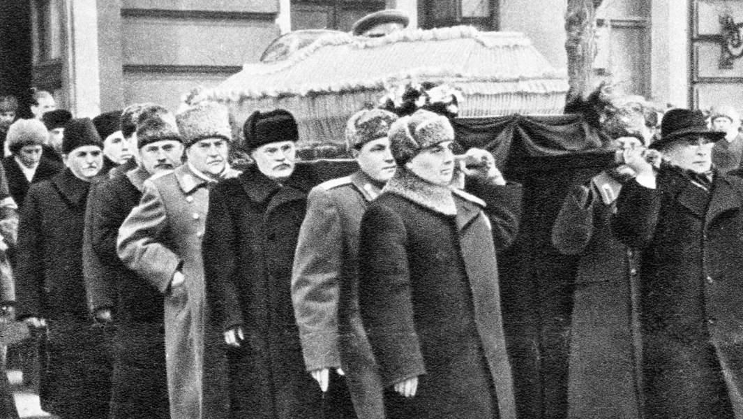 Руководители партии и правительства Лаврентий Берия (1справа), Георгий Маленков (1 слева), Вячеслав Молотов (3 слева), Николай Булганин (4 слева) и Лазарь Каганович (5 слева) несут гроб с телом Иосифа Сталина.