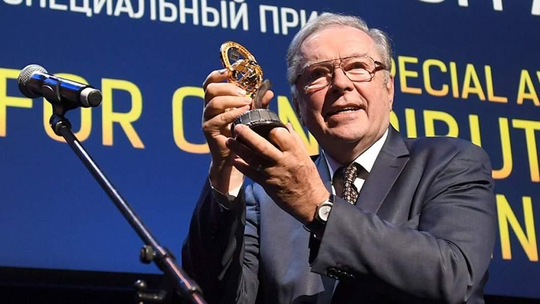 Кинорежиссер Кшиштоф Занусси, награжденный Специальным призом за вклад в кинематограф, на церемонии вручения ежегодной Международной кинематографической премии «Восток – Запад. Золотая арка»