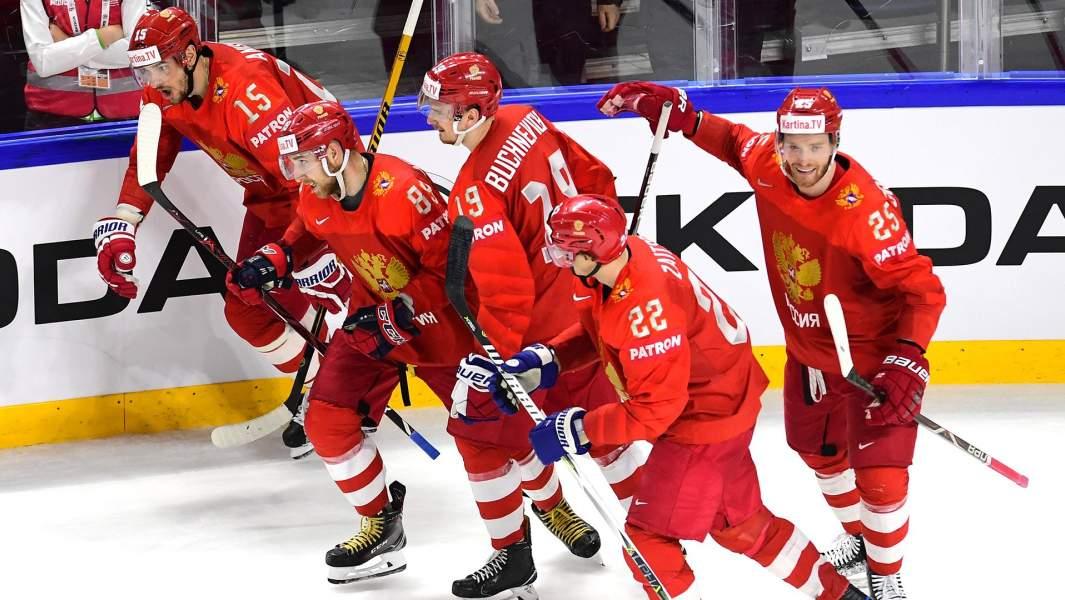 Игроки сборной России радуются заброшенной шайбе в матче 1/4 финала чемпионата мира по хоккею между сборными командами России и Канады, 2018 год