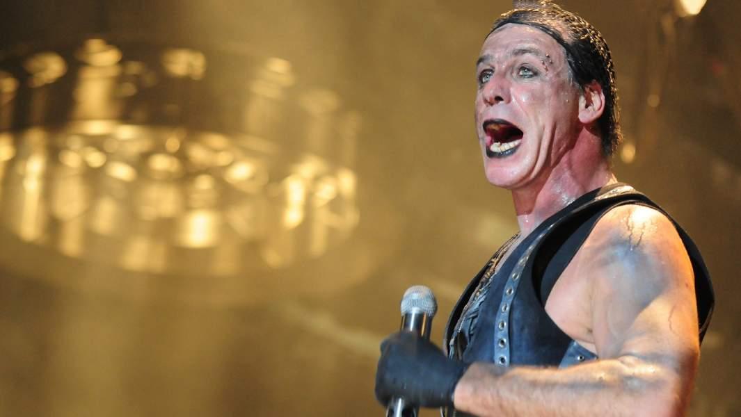 Вокалист Rammstein Тилль Линдеманн во время выступления группы