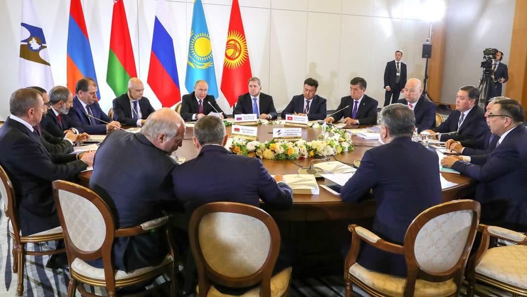 Президент России Владимир Путин (в центре) во время заседания Высшего Евразийского экономического совета, 2018 год