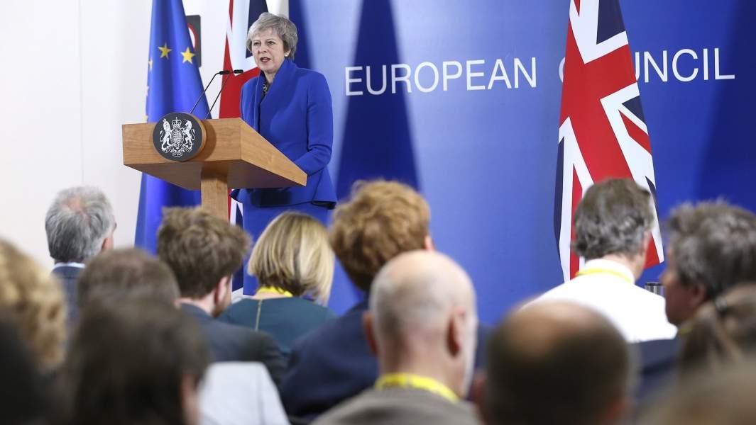 Премьер-министр Великобритании Тереза Мэй выступает на пресс-конференции в ходеспециального саммита по Brexit в Брюсселе 25 ноября 2018 года