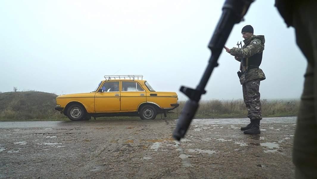 Сотрудники полиции Украины на контрольно-пропускном пункте у города Бердянска, расположенного на побережье Азовского моря