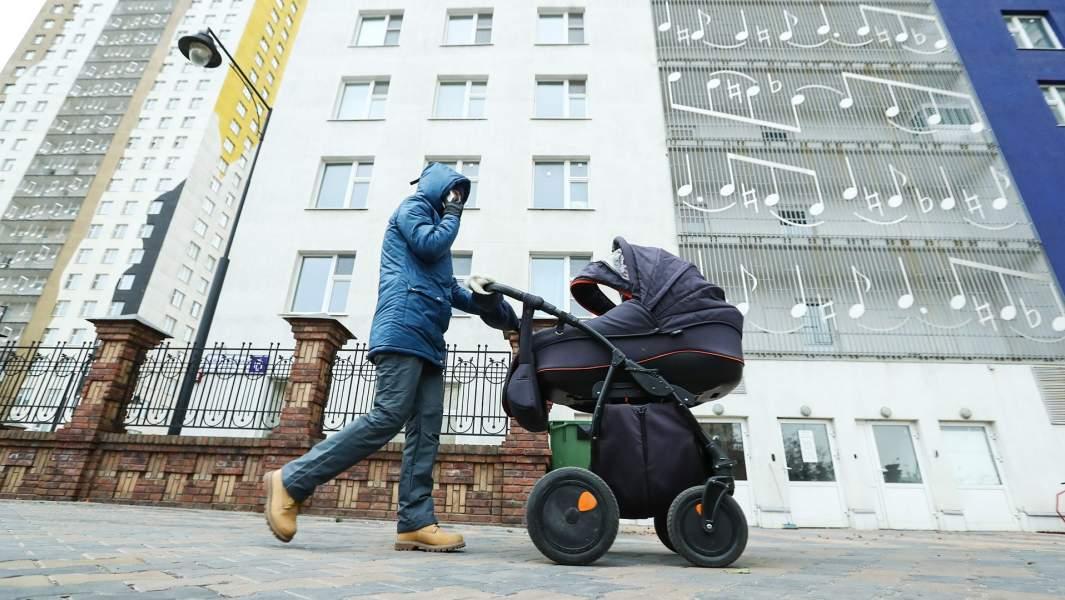 Женщина гуляет с ребенком в коляске