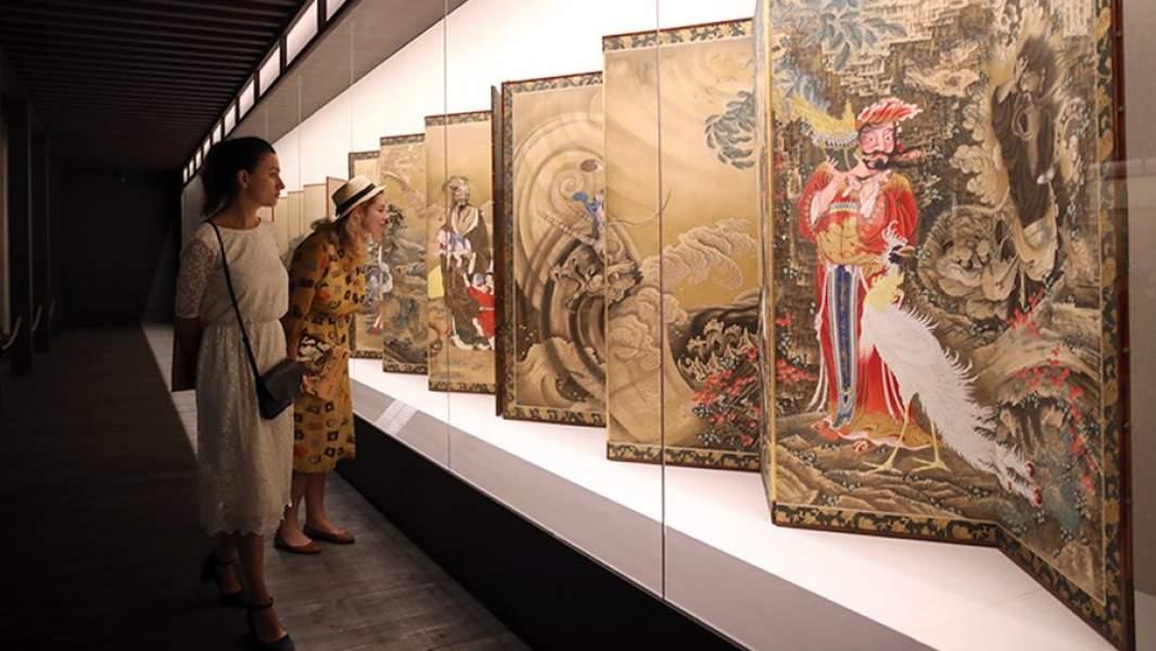Посетители на выставке «Шедевры живописи и гравюры эпохи Эдо» в Государственном музее изобразительных искусств имени А.С. Пушкина