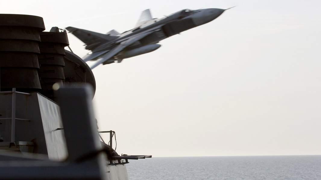 Российский тактический бомбардировщикСу-24, маневрирует на сверхнизкой высоте возле эсминцаDonald Cook