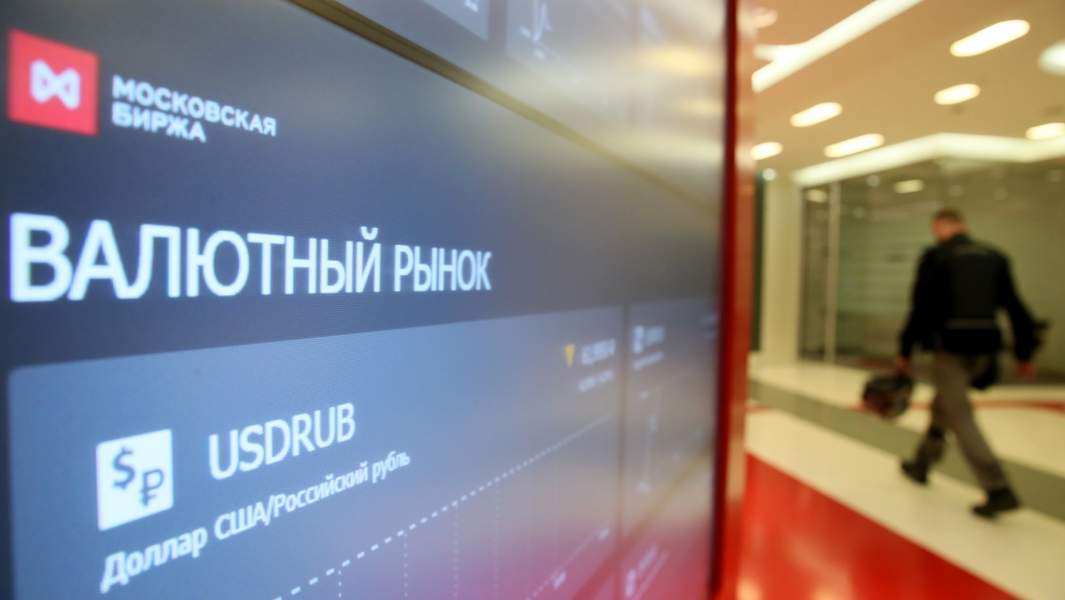 Котировки на экране в здании Московской биржи
