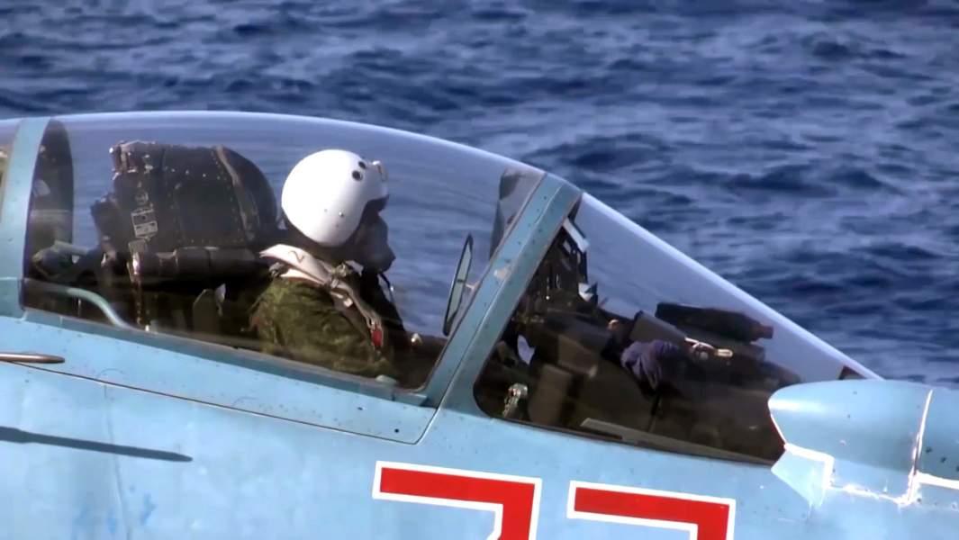 Пилот в корабельном истребителе Су-33 ВКС РФ