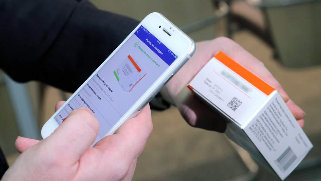 Демонстрация считывания QR-кода с помощью смартфона с упаковки