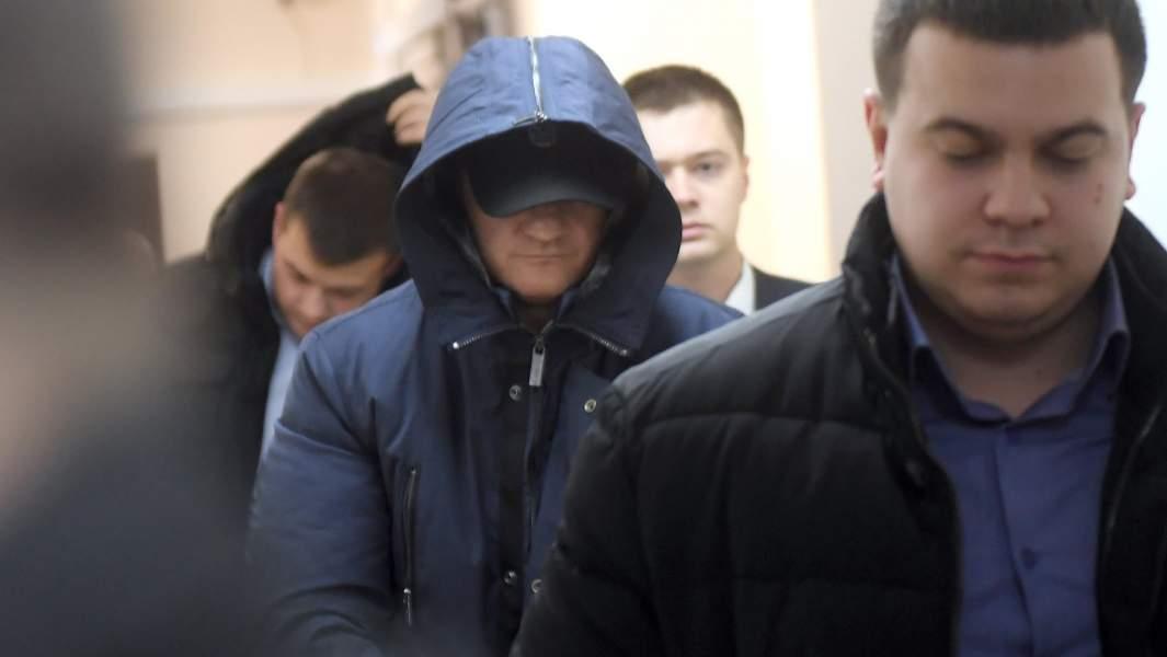Бывший глава следственного управления СК Москвы по ЦАО Алексей Крамаренко (в центре), обвиняемый в получении взятки от «вора в законе» Шакро Молодого