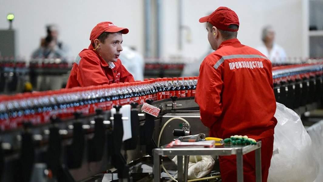 Рабочие в цехе завода Coca-Cola