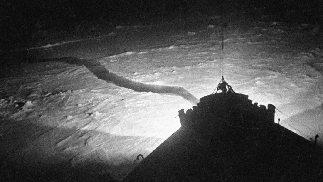 """Ледокол """"Иосиф Сталин"""" прокладывает путь во льдах. 1939 год"""