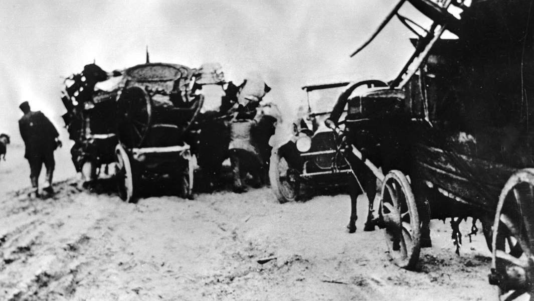 Жители города Умань, погрузив свои пожитки в телеги, убегают от петлюровцев, 1919 год