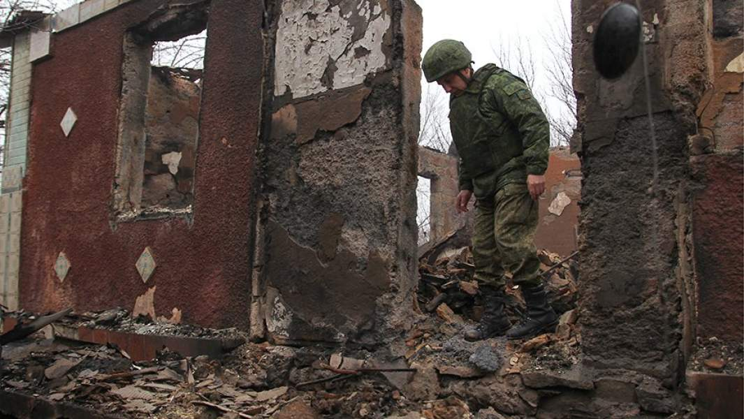 Сгоревший жилой дом в результате обстрела вооруженными силами Украины поселка Золотое-5