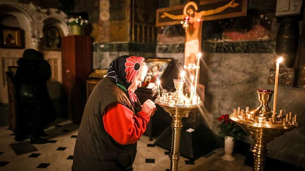 Прихожане во время богослужения в Киево-Печерской лавре