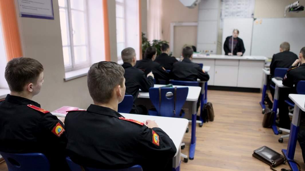 курсанты суворовского училища на занятиях