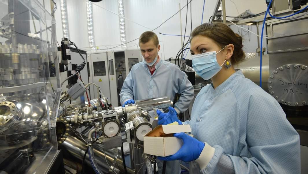 Лаборанты во время эксперимента