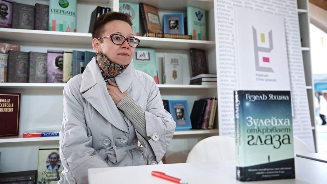 Писатель, сценарист Гузель Яхина на презентации книги «Зулейха открывает глаза» в рамках книжного фестиваля «Красная площадь» в Москве