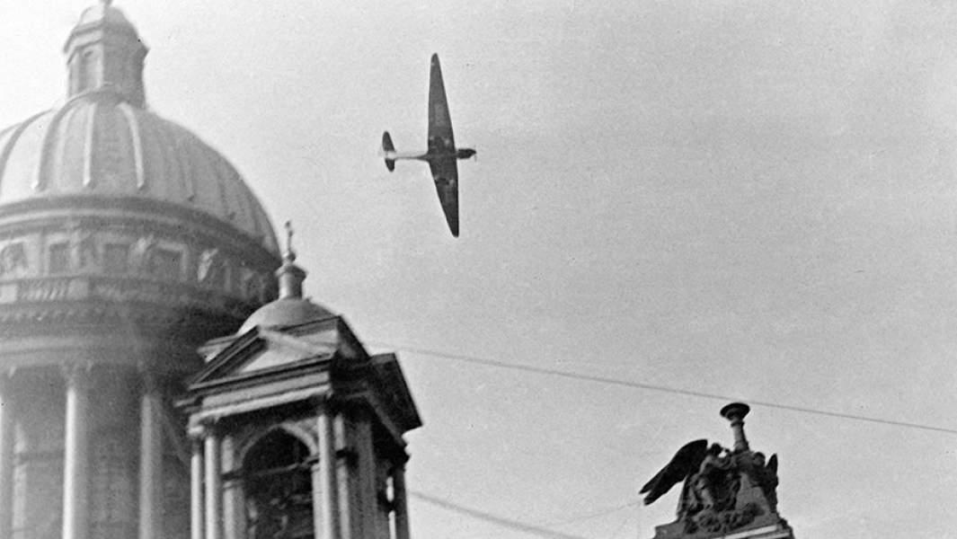 Самолет Валерия Чкалова пролетает над Исаакиевским собором во время перелета Москва – Дальний Восток. Ленинград, 20 июля 1936 года
