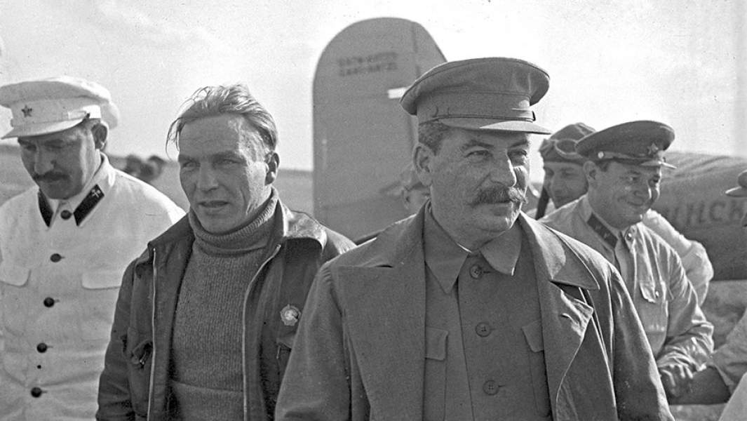 Иосиф Сталин и Лазарь Каганович (на фото слева) во время встречи советского летчика-испытателя, Героя Советского Союза Валерия Чкалова (в центре) на Щелковском аэродроме.10 августа 1936 года