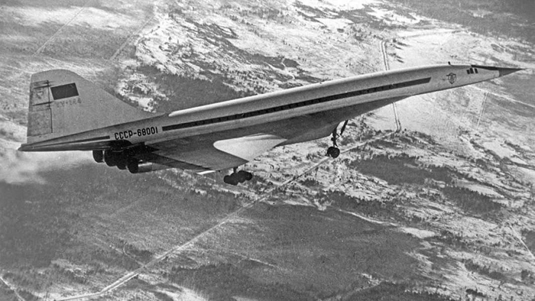 Советский сверхзвуковой самолет Ту-144 во время испытательного полета