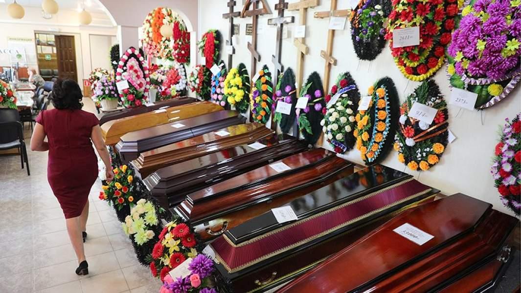 Продажа гробов, венков и крестов на могилы в одной из компаний по оказанию ритуальных услуг