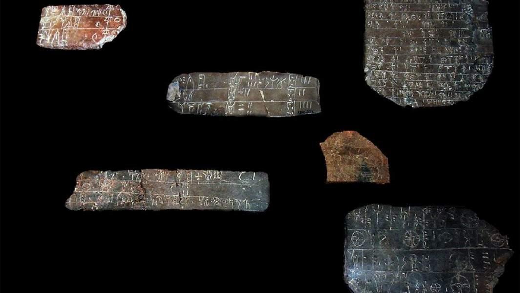 Таблички с текстами из раскопок Кносса