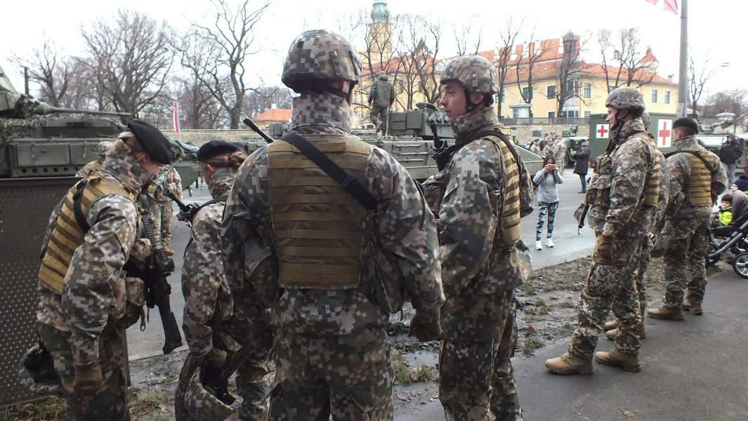 Военнослужащие НАТО на улицах Риги