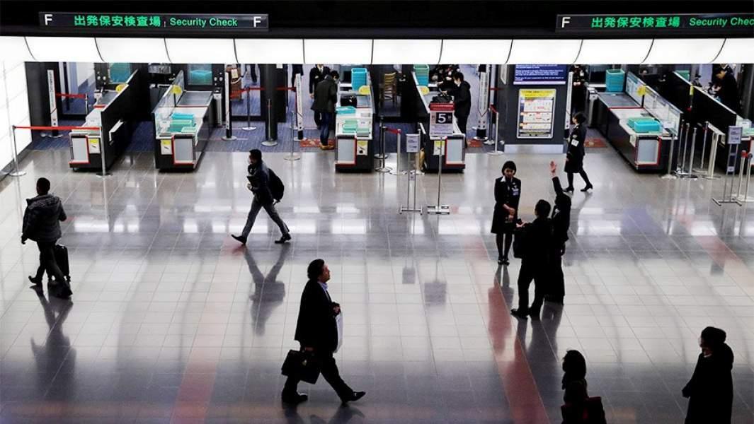 проверка безопасности в аэропорту Токио