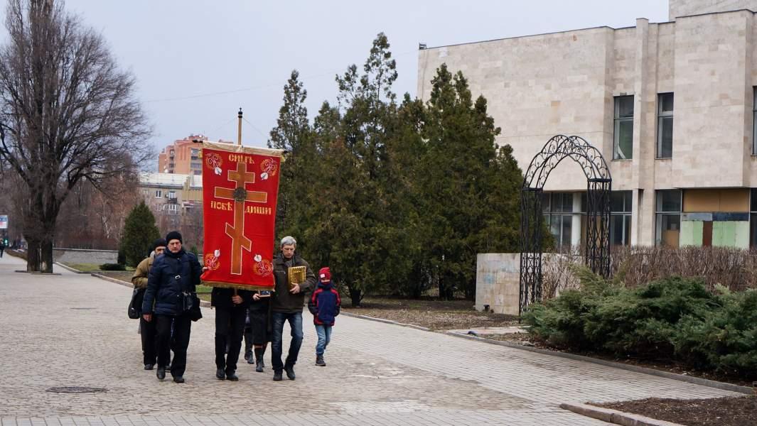 Вокруг здания Облгорадминистрации Донецка, у стен которого началось восстание на Донбассе, группа православных в течение 4,5 лет каждый день проводит крёстный ход