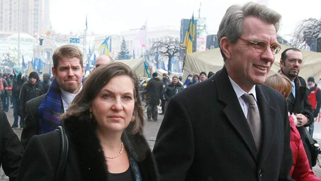 Бывший заместитель госсекретаря США Виктория Нуланд и бывший посол США в Украине Джеффри Пайеттпосле встречи с лидерами украинской оппозиции на площади Независимости в Киеве. 10 декабря 2013 года