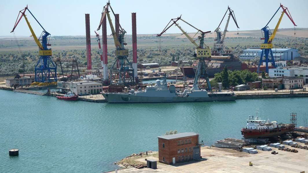 Вид на судостроительный завод «Залив» в Керчи
