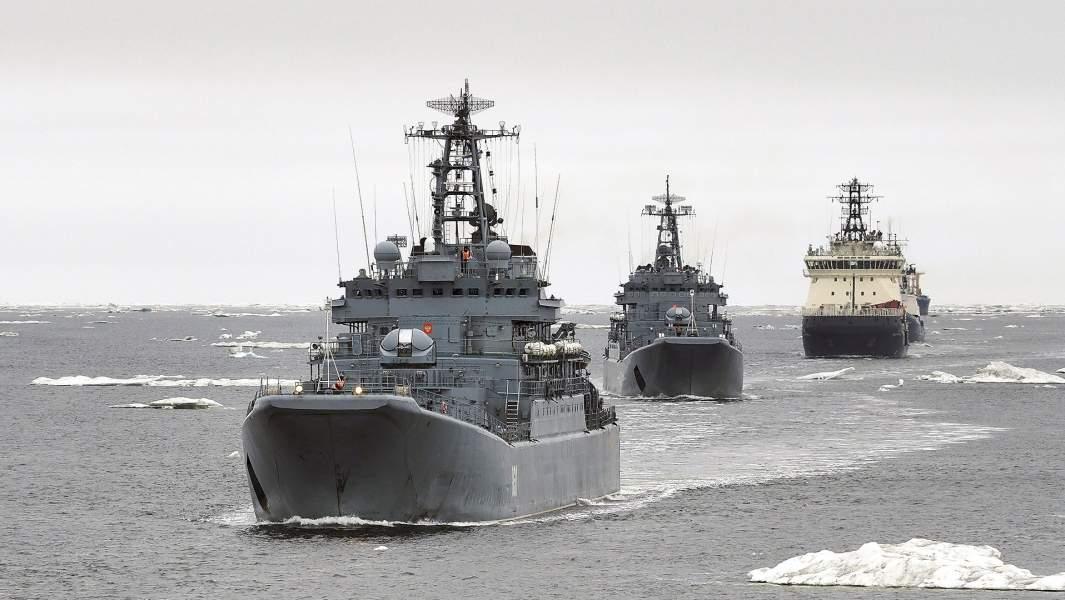 Большие десантные корабли «Александр Отраковский», «Кондопога» и ледокол «Илья Муромец» (слева направо) во время похода в Арктические моря