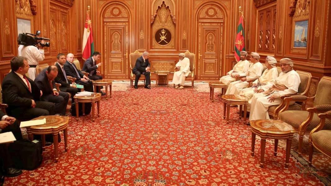 Премьер-министрИзраиляБиньямин Нетаньяху и глава Мосада Йосси Коэн встречаются с султаном Кабусом бен Саидом,Оман