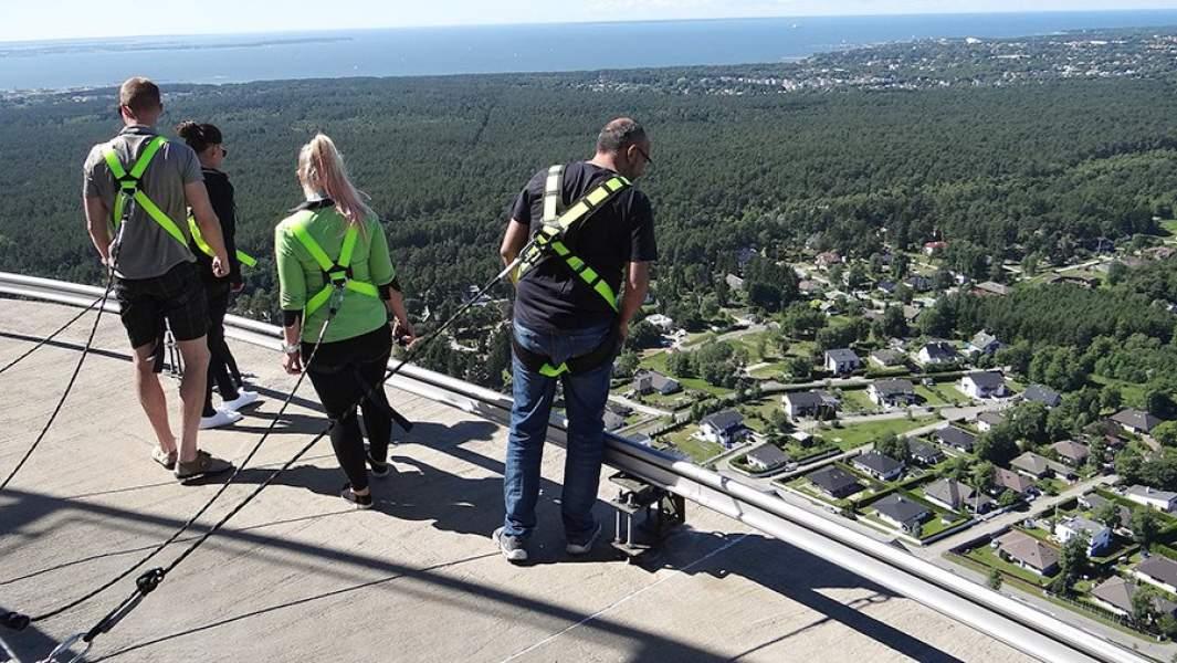 Посетители со страховкой на открытой смотровой площадке Таллинской телебашни