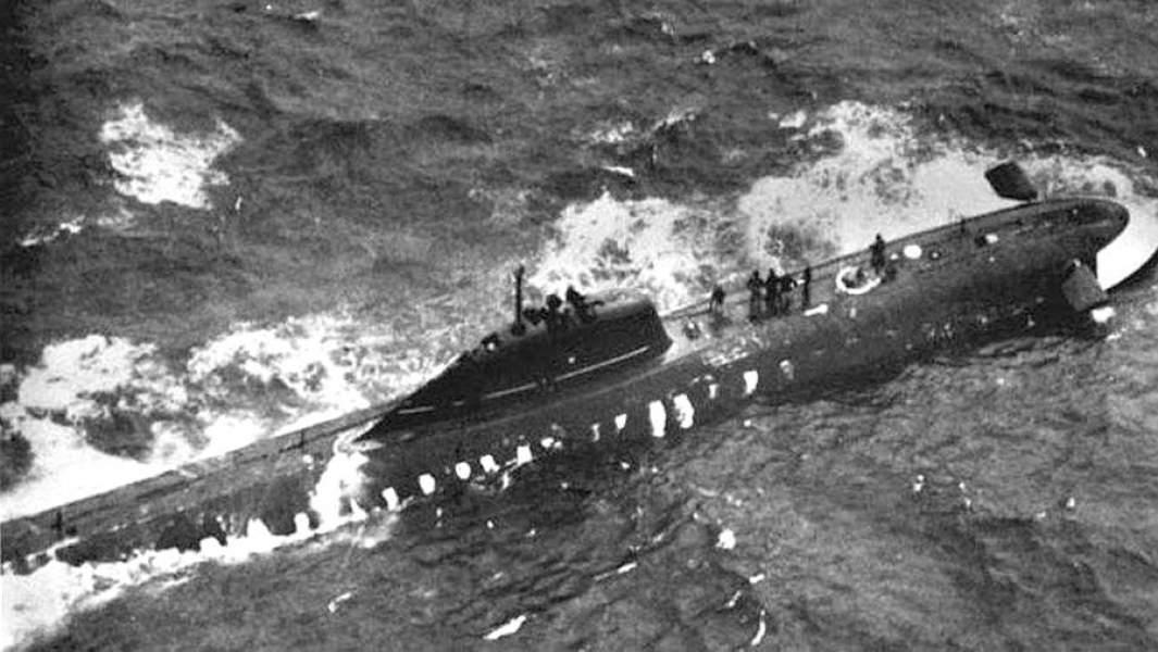 Подводная лодка К-8 после всплытия в аварийном режиме. Фотография сделана с борта американского патрульного самолета
