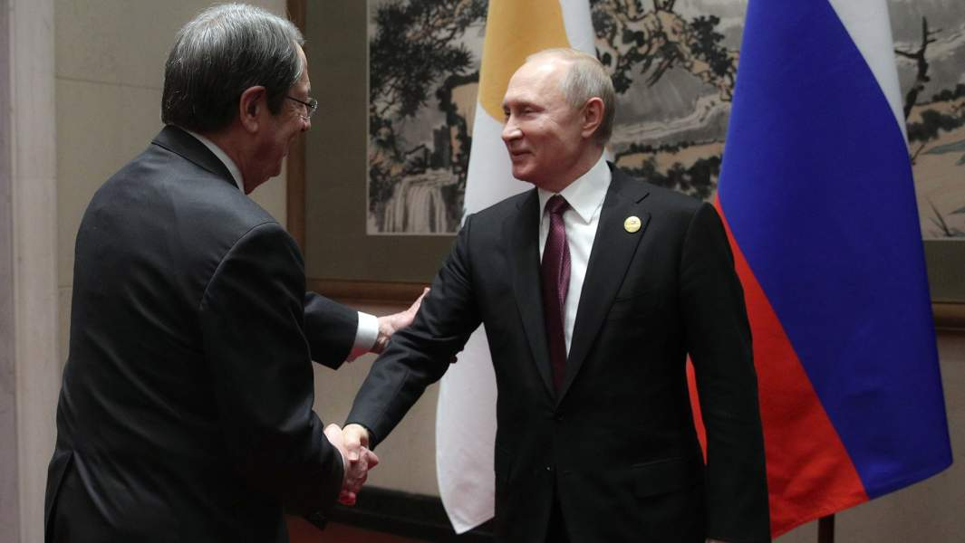 езидент РФ Владимир Путин и президент Кипра Никос Анастасиадис (слева) во время встречи на полях второго форума