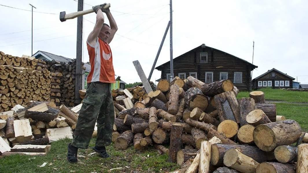 Житель деревни Кривой Наволок Республики Коми колет дрова