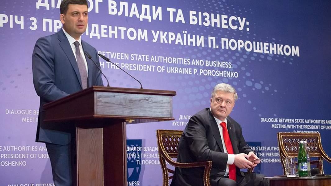 Действующий президент Украины, кандидат в президенты Петр Порошенко (справа) и премьер-министр Украины Владимир Гройсман на встрече с представителями Европейской бизнес-ассоциации в Киеве
