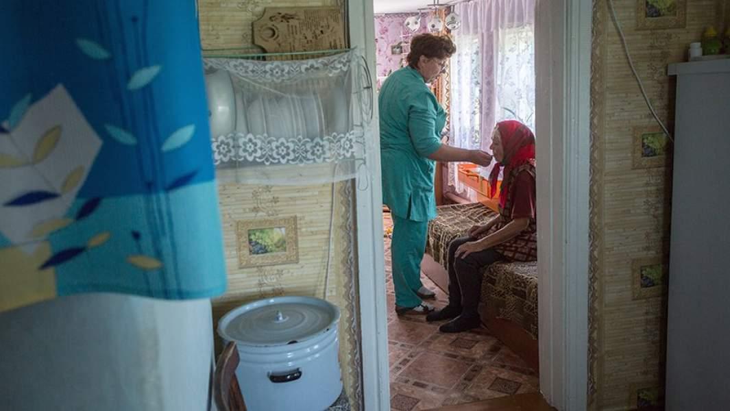 Сельский врач во время оказания медицинской помощи на дому в Муромцевском районе Омской области