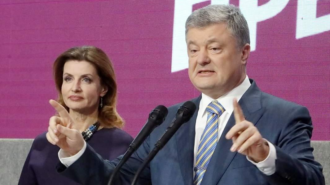 Действующий президент Украины Петр Порошенко с супругой Мариной в собственном штабе во время объявления первых итогов голосования второго тура выборов президента Украины