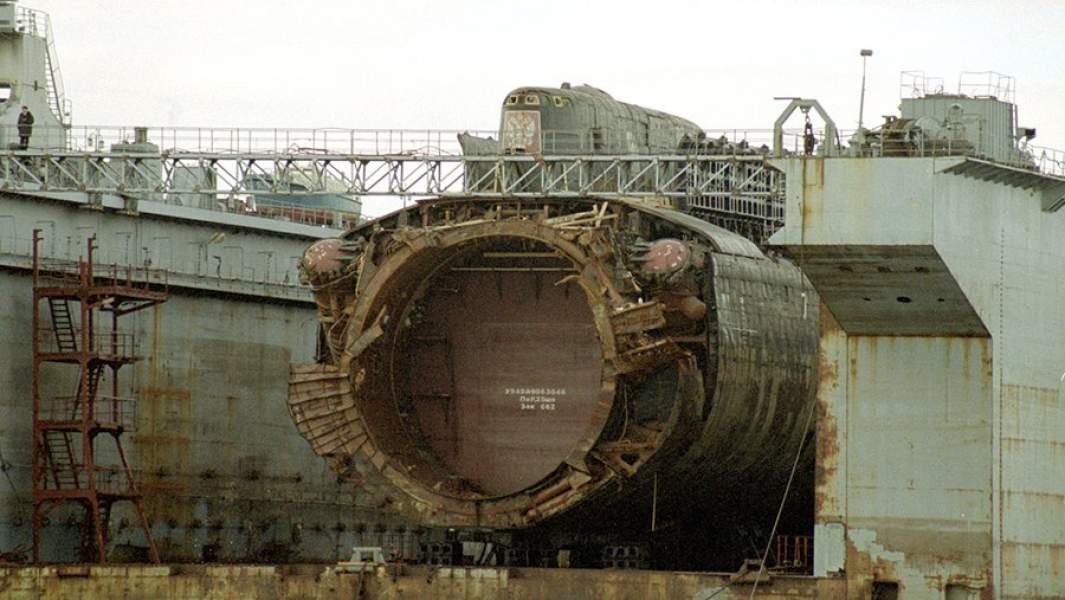"""Атомная подводная лодка К-141 """"Курск"""" в доке перед отправкой на утилизацию"""