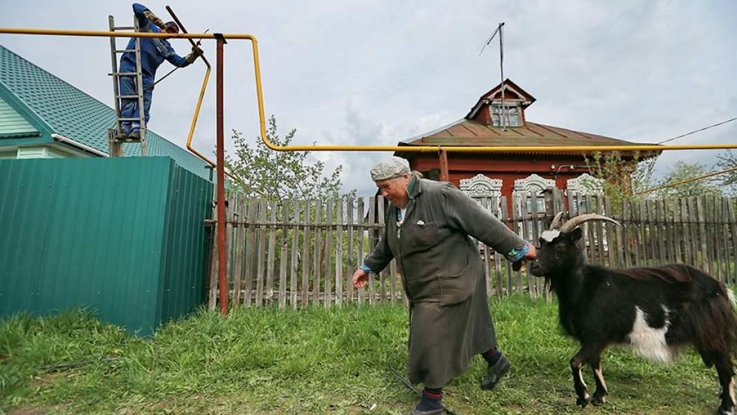 Установка газовых труб во время газификации деревенского дома в Ивановской области