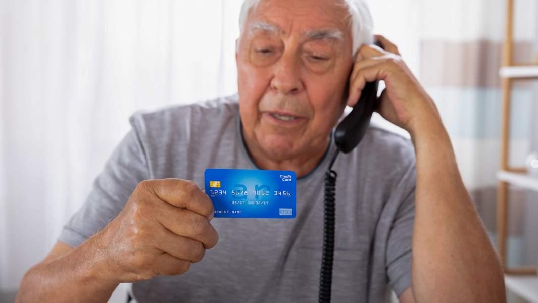 Пожилой мужчина с банковской картой