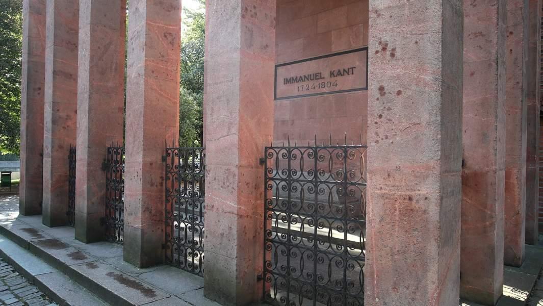 Могила и мавзолей немецкого философа Иммануила Канта у стен Кенигсбергского собора в Калининграде